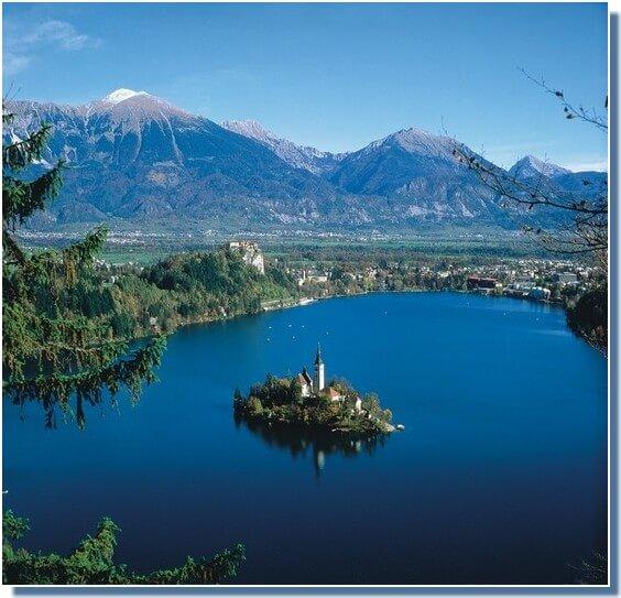 lac de Bled  en slovénie depuis les montagnes