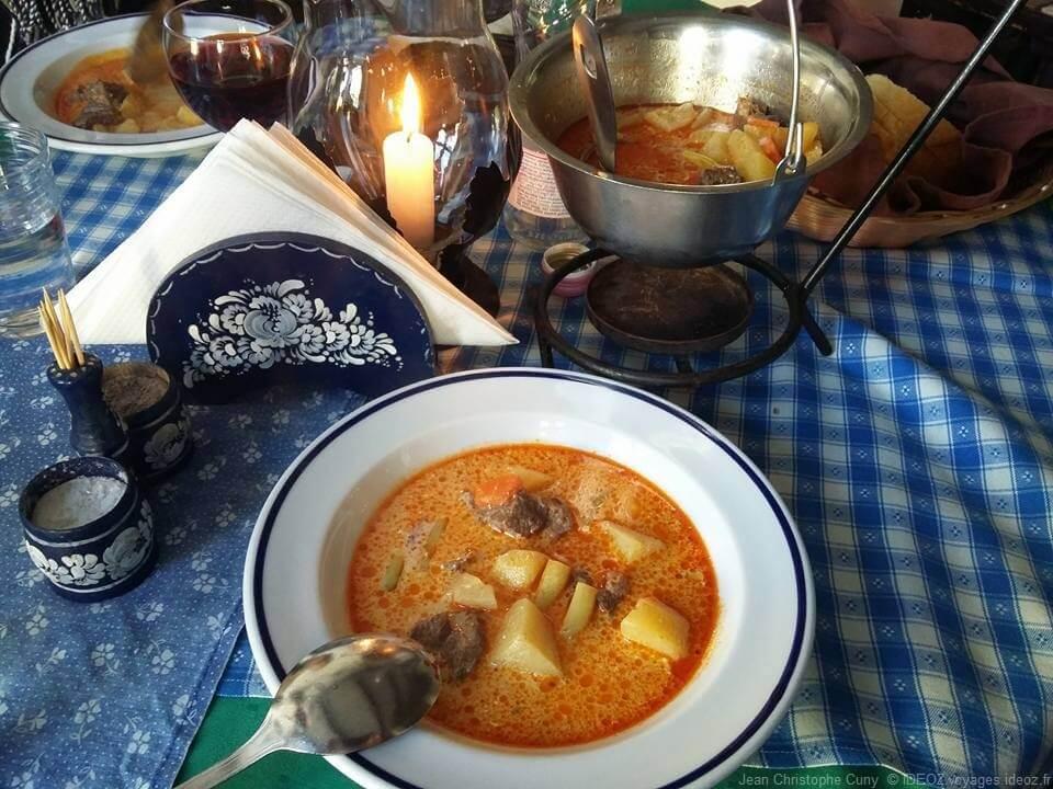 Repas hongrois goulash au restaurant Dunakanyar à Visegrad