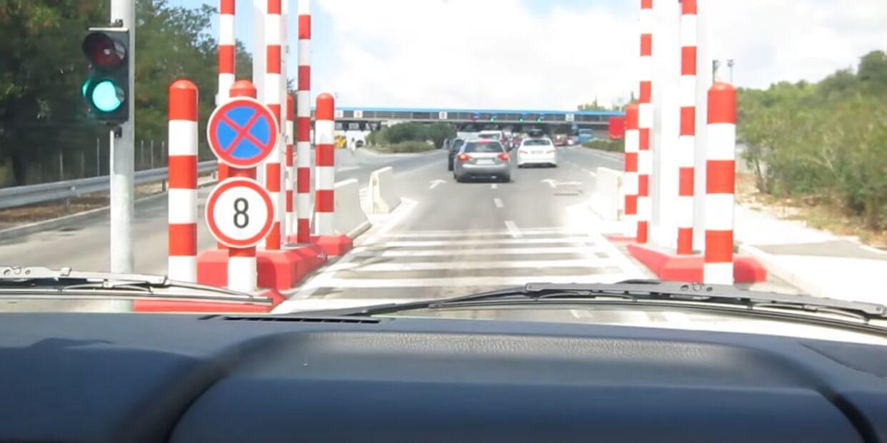 feu au vert pour aller vers la frontière de croatie depuis la frontière du montenegro