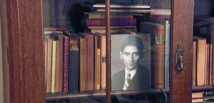 Photo de Kafka dans la vitrine d'une bibliothèque