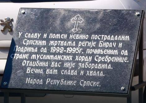 plaque commémorative des victimes serbes de srbrenica
