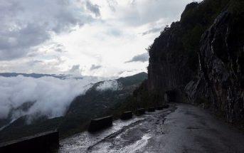 route vers le monastère Ostrog dans le montenegro central