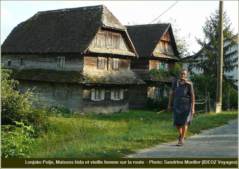 Lonjsko Polje maisons Hida et femme sur la route