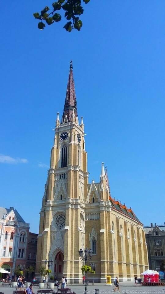 """appelée """"la Cathédrale"""", l'Église catholique de novi sad dédiée à la sainte mère de Jésus"""