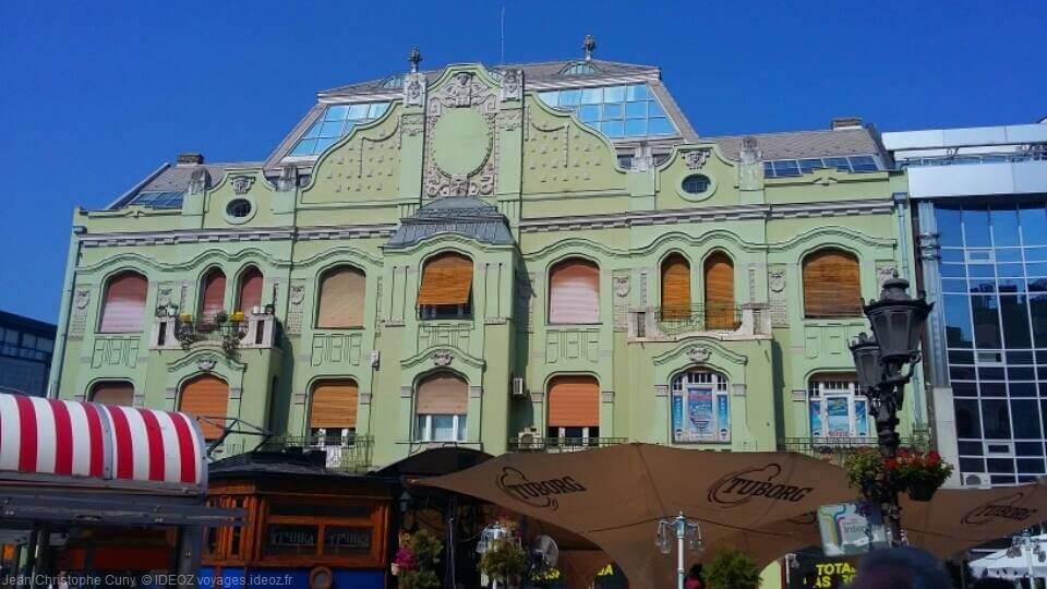 belle façade verte d'un bâtiment Art Nouveau à Budapest