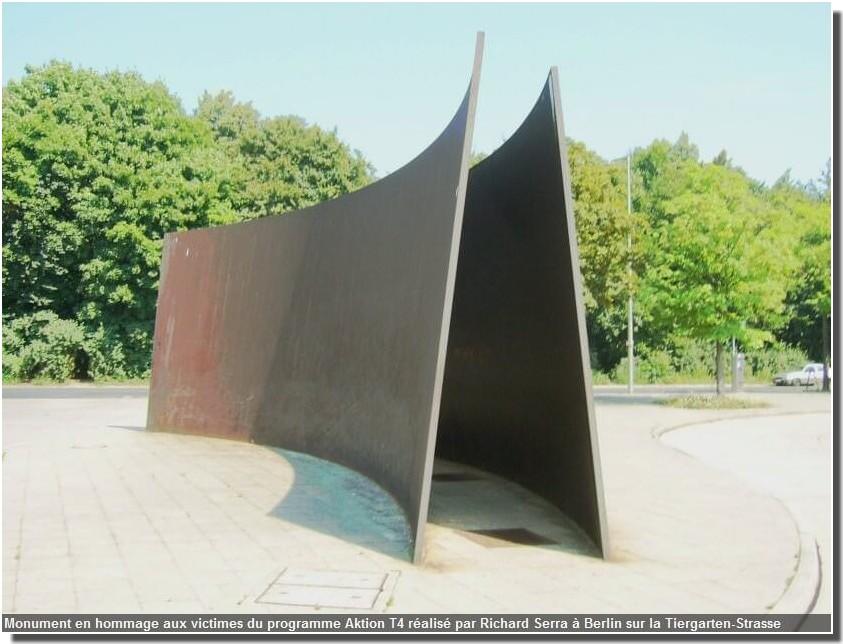 monument en hommage aux victimes du programme aktion t4 realise par richard serra a berlin sur la Tiergarten strasse