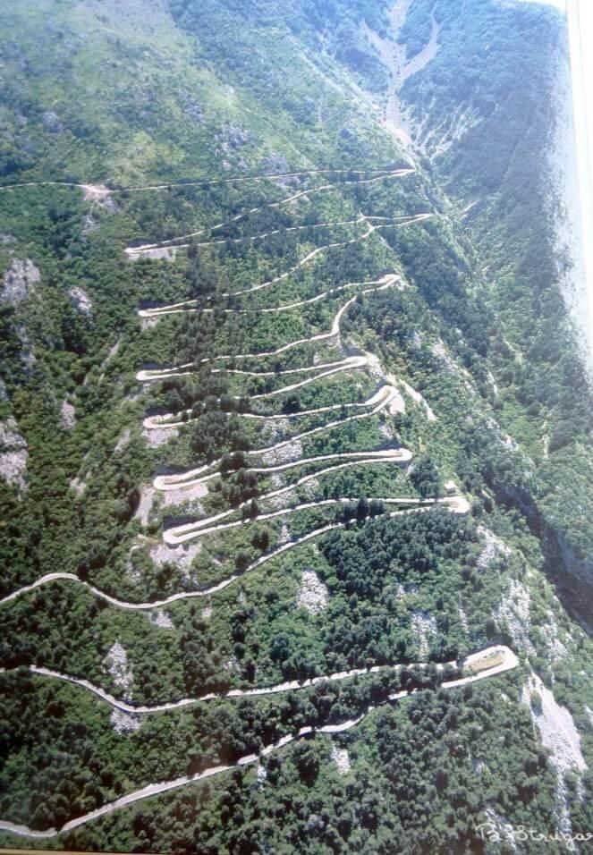 Route serpentine jusqu'au Mont Lovcen depuis Cetinje