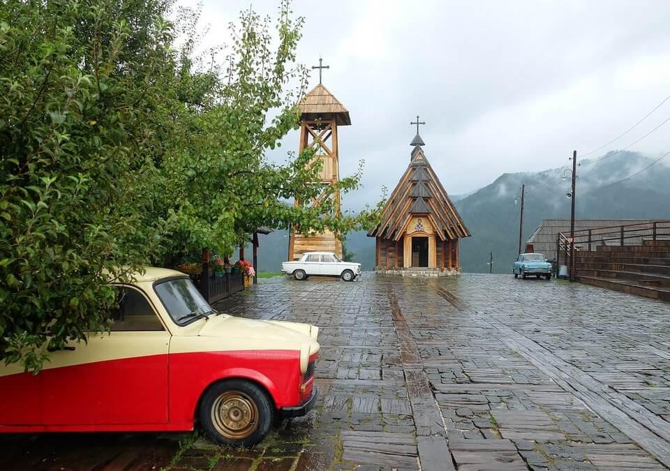 kustendorf drvengrad eglise et vieilles voitures