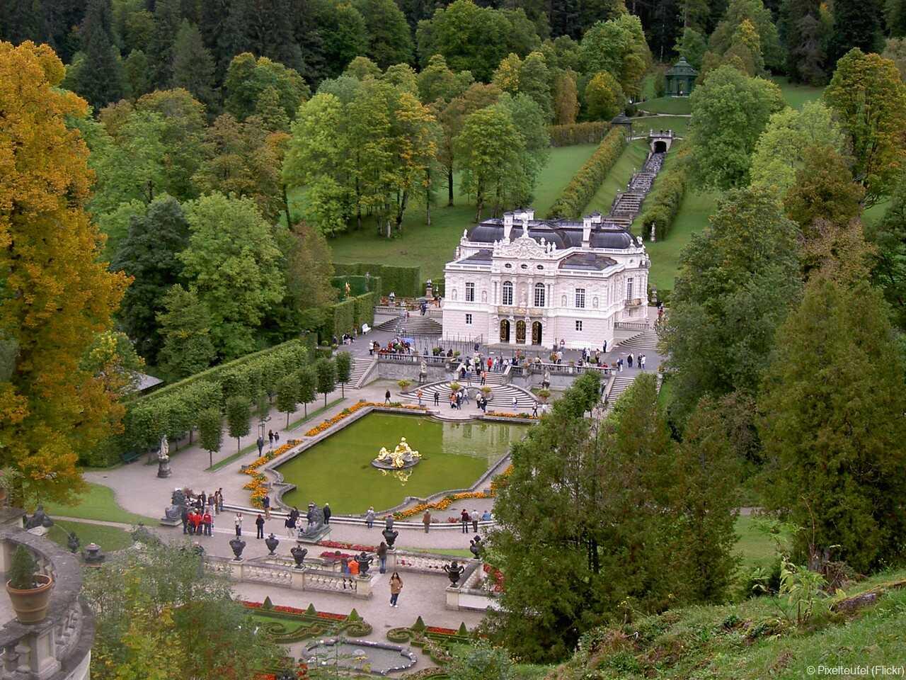 panorama sur le chateau de linderhof depuis le belvedere