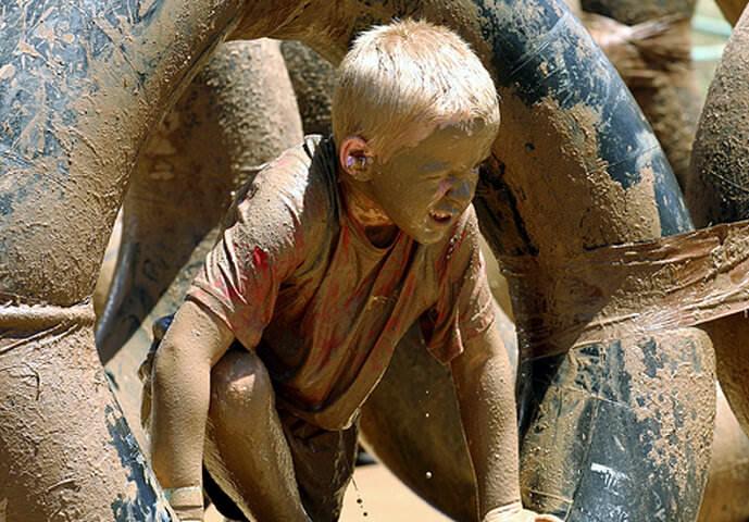 Gamin jouant dans la boue à Herculanum