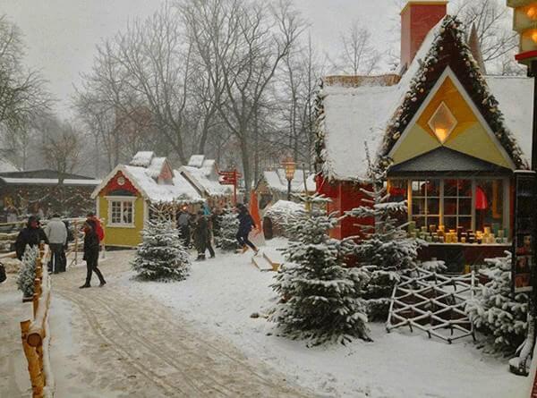Marché de noel de Copenhague au parc Tivoli sous la neige