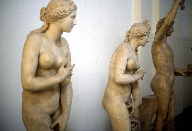 Pompei musée et statues de femmes nues