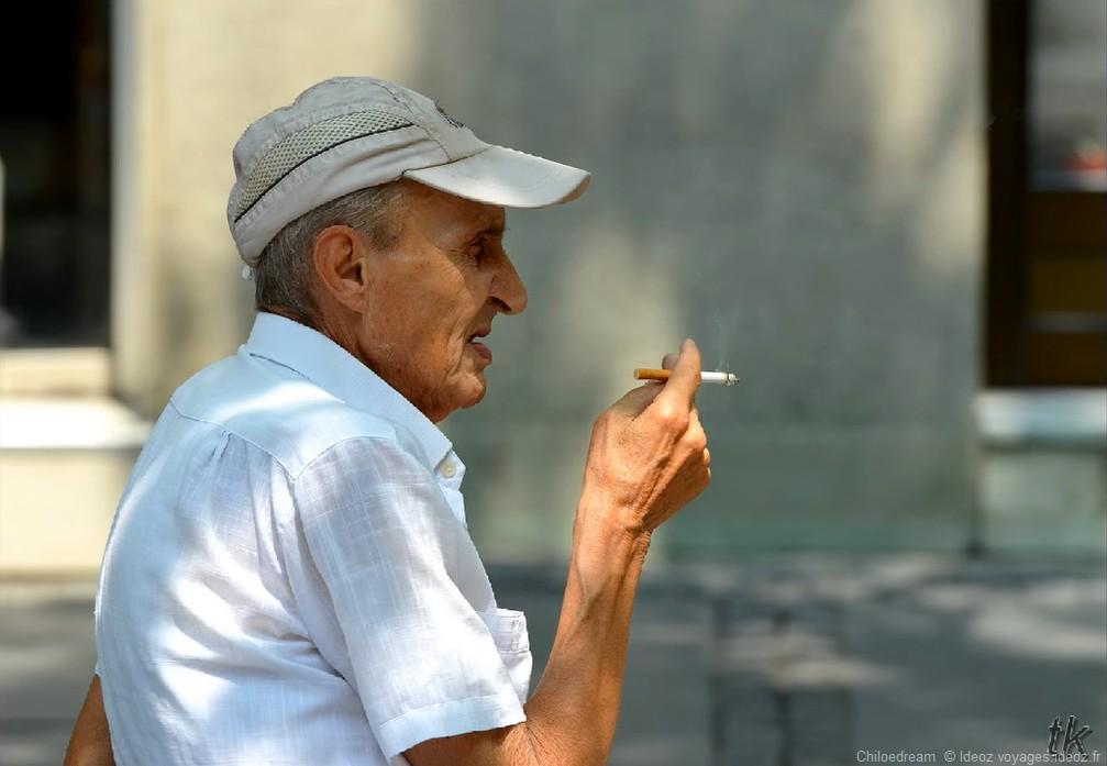 Un serbe en train de fumer à Belgrade