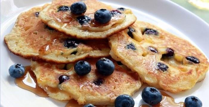 Crêpes aux bleuets, dessert populaire de la cuisine quebecoise (Recette canadienne)