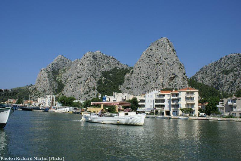 Bateau touristique sur la rivière Cetina à Omis