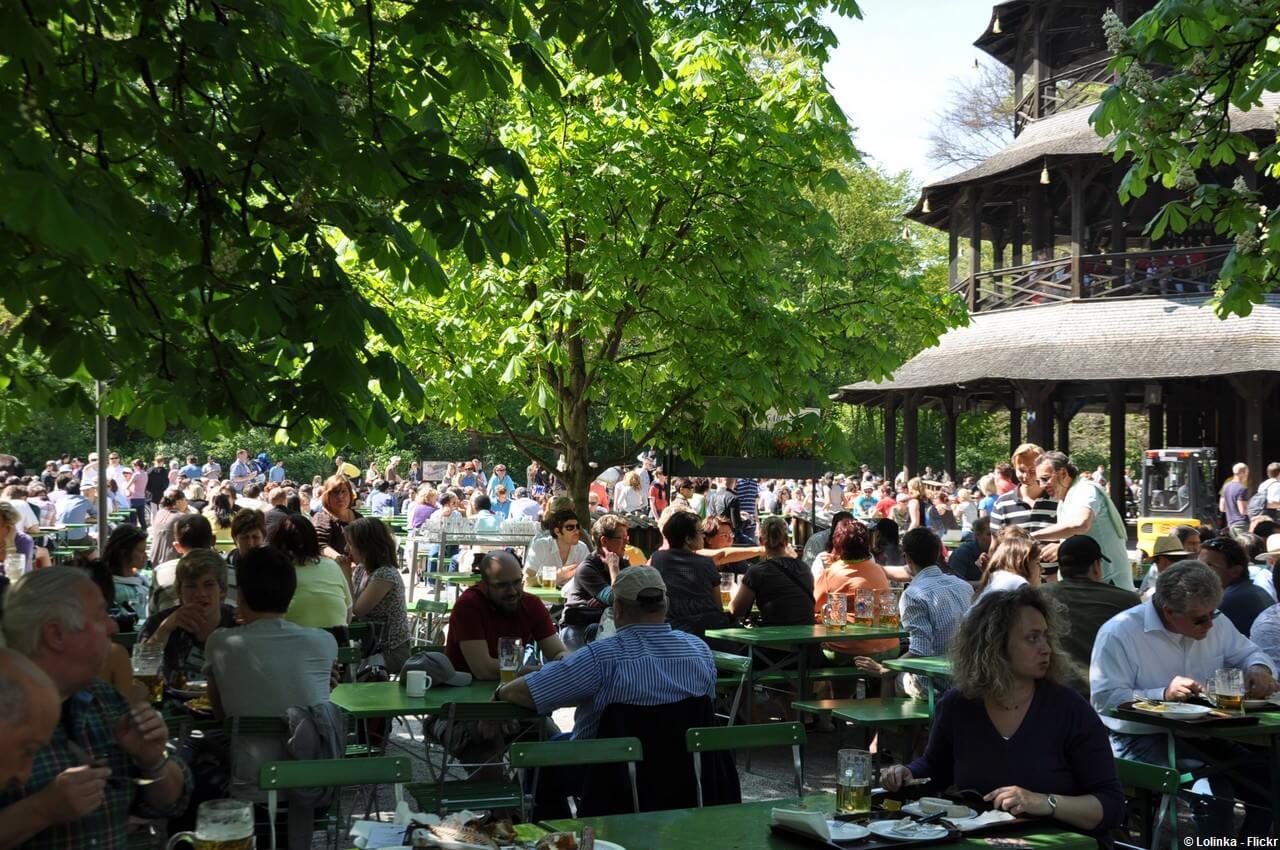 Biergarten de la Tour chinoise ChineseTurm dans le jardin anglais de Munich