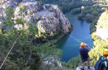 Tyrolienne dans le canyon de Cetina près d'Omis