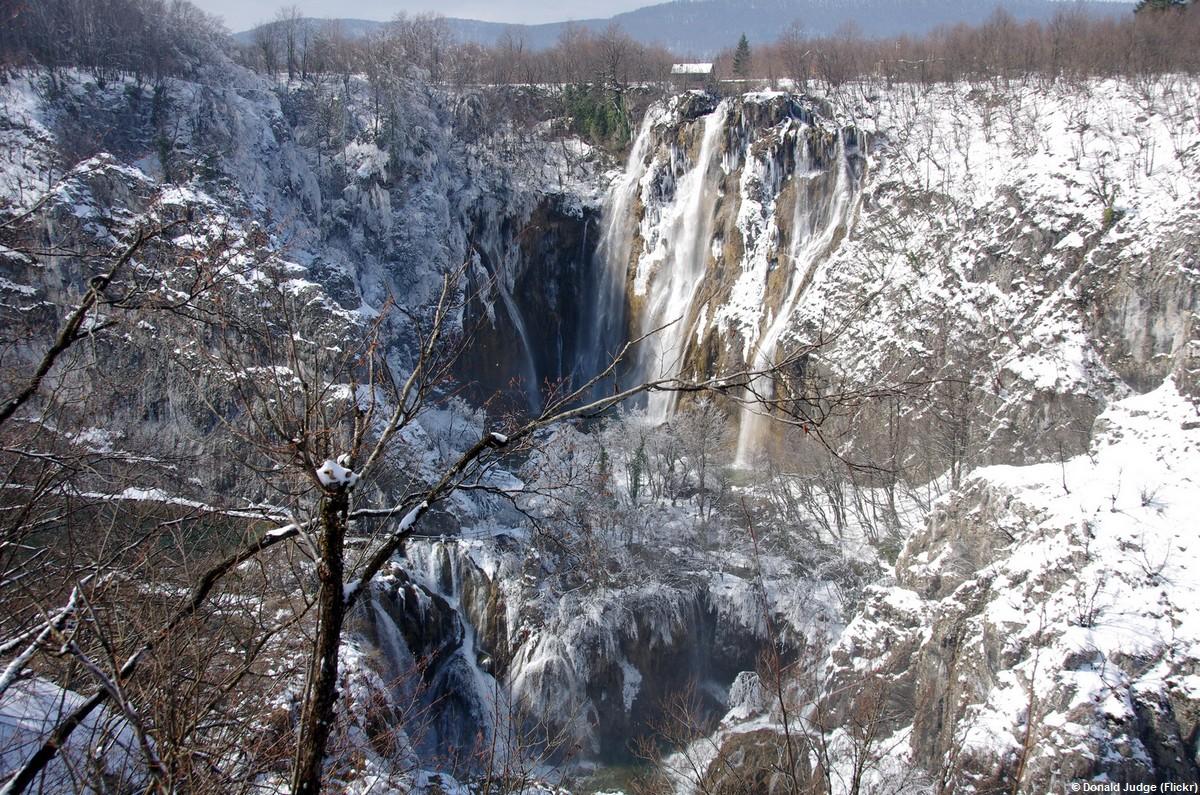 Chutes des lacs de Plitvice sous la neige