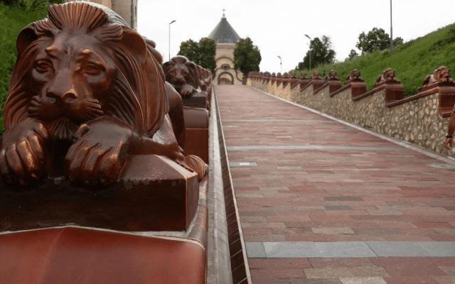 pécs 21 lions en pyrogranite ornent l'escalier menant au mausolée Zsolna