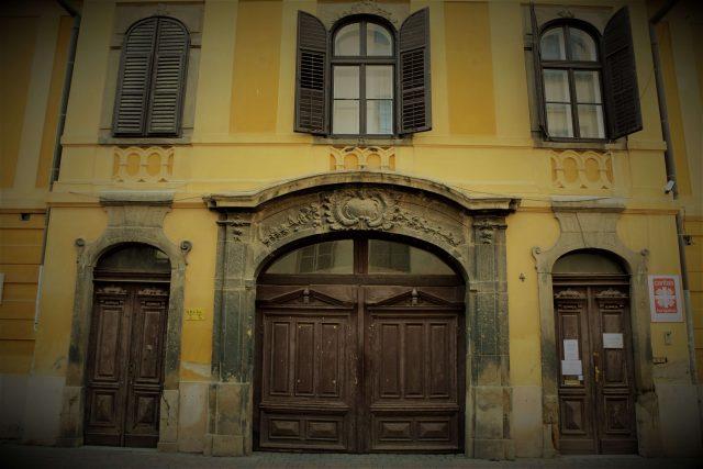 pécs façade baroque dans la rue Janus Pannonius