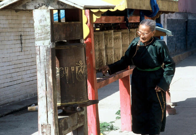 Oulan Bator monastère bouddhiste de gandan vieille femme priant