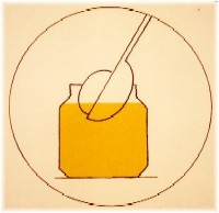 Pisanki trempé dans la teinture jaune