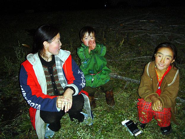 gamines mongoles autour du feu