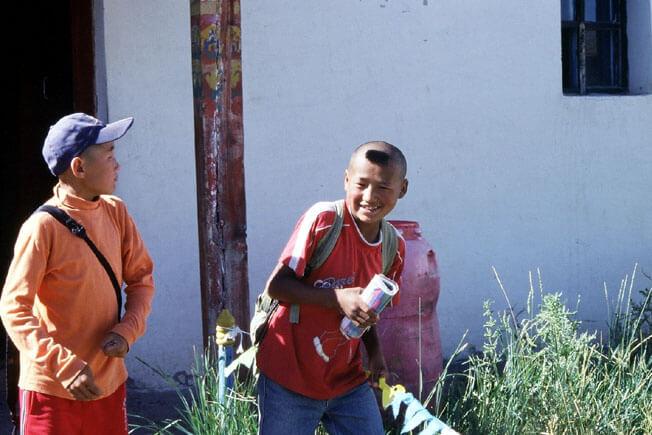 mongolie adolescent mongol avec une houpette
