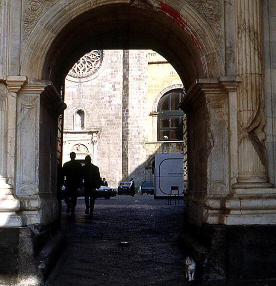 Naples Castel nuovo sous le porche