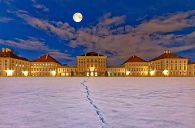 chateau de nymphenburg en hiver sous la neige à la pleine lune