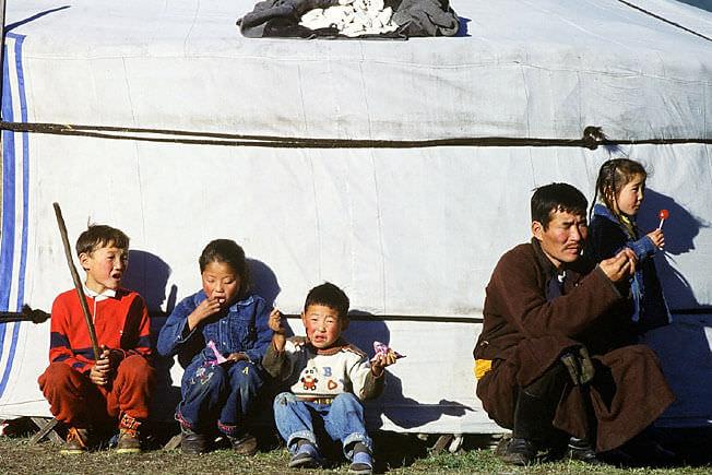 famille mongole devant une yourte