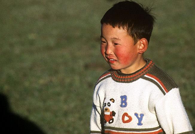 mongolie garçon mongol aux joues rouges
