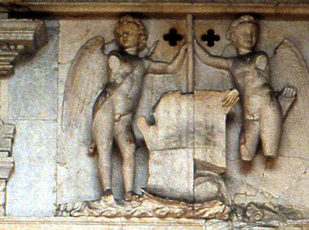 Naples castel nuovo anges nus sur le porche