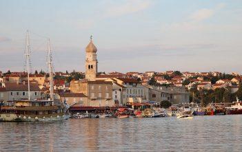 vue du port de Krk en Croatie