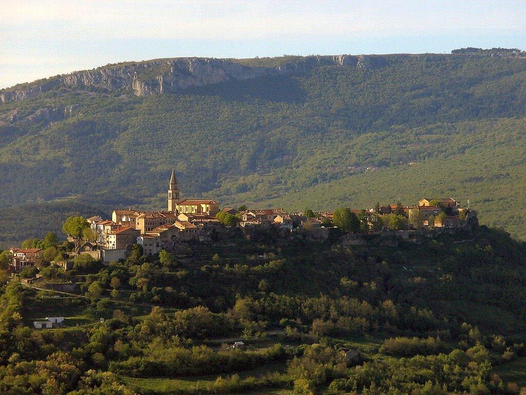 Buzet village perché d'Istrie verte