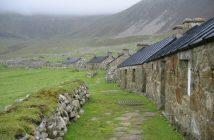 maisons noires de la rue principale du village Hirta à saint kilda ecosse (1)