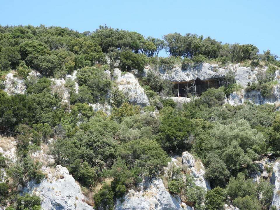 Bord de mer bordé de rochers en Istrie