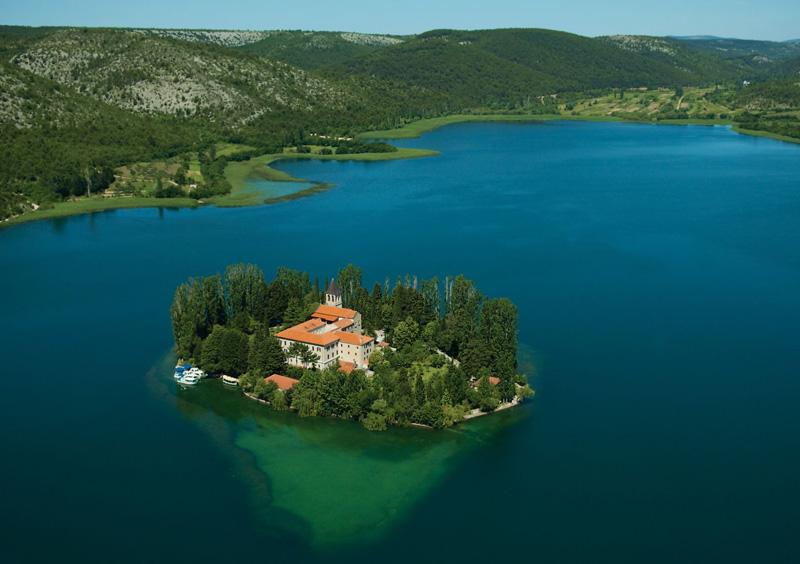 Ilot monastère de Visovac dans le parc Krka