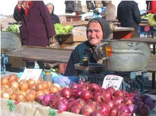 Marché de Dolac à Zagreb vieille femme vendant des oignons
