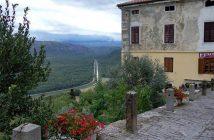 Motovun aperçu sur les environs depuis les hauteurs du village