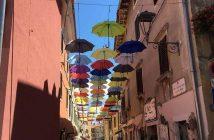 Novigrad rue décorée avec des parapluies colorés