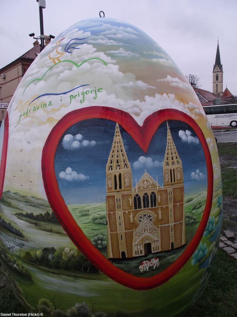 Pisanice oeuf géant de Pâques représentant la Cathédrale de Zagreb