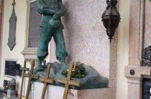 Zagreb cimetière Mirogoj tombe et statue de bronze