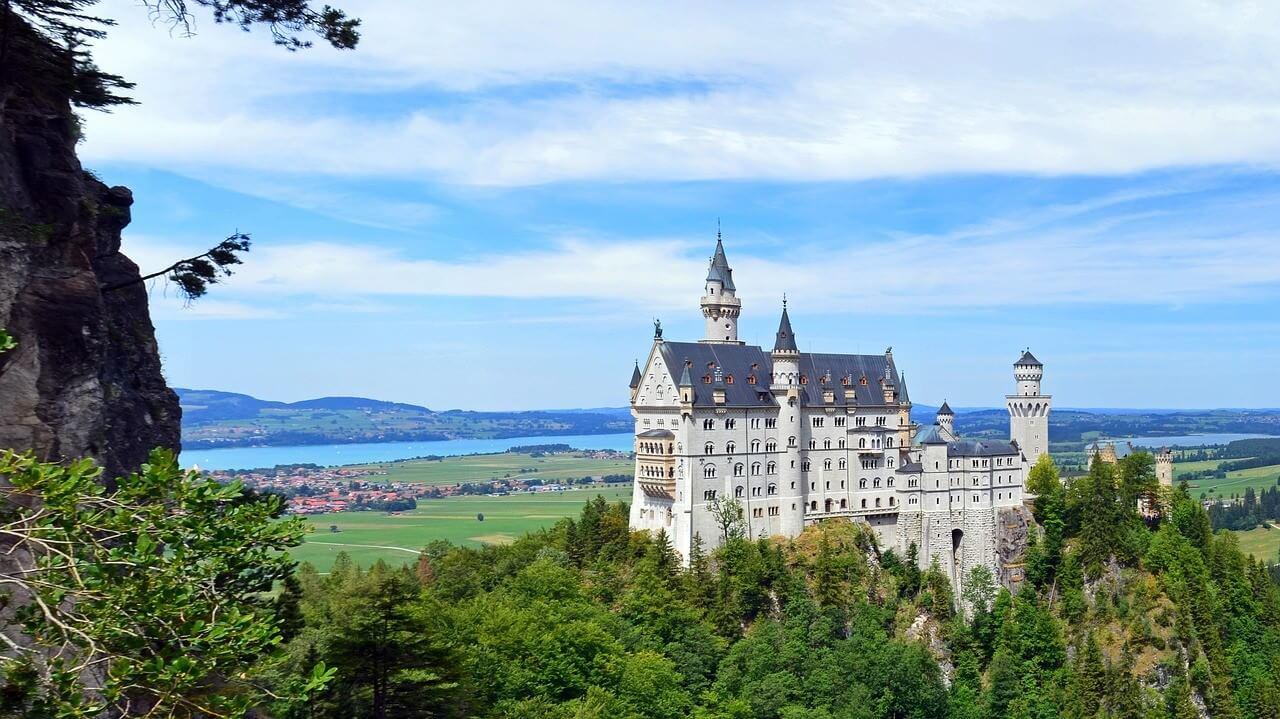 Chateau Neuschwanstein et Lac Foggernsee dans le ostallgau