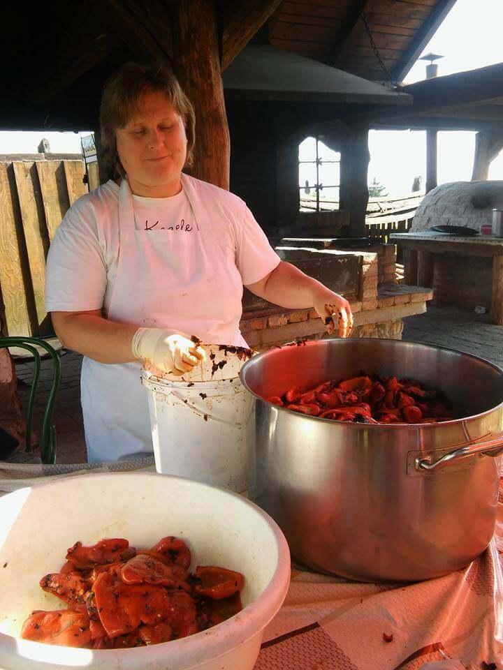 Ajvar en Croatie cuisson des poivrons et des aubergines dans la marmite