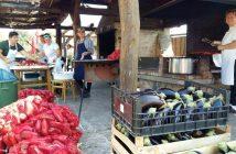 Ajvar en Croatie préparation des poivrons et des aubergines