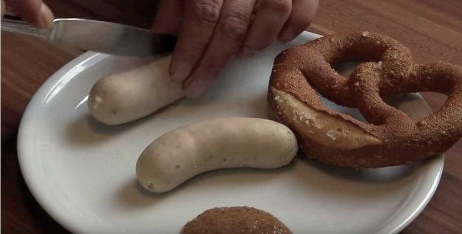 Couper en 2 la weisswurst à Munich