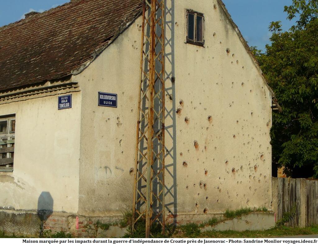 Maison impactée par les obus et les mitraillettes en Croatie centrale