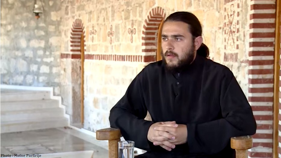 Moine Porfirije au monastère serbe orthodoxe Tvrdos