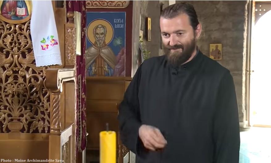 Moine archimandrite Sava dans l'église de Tvrdos